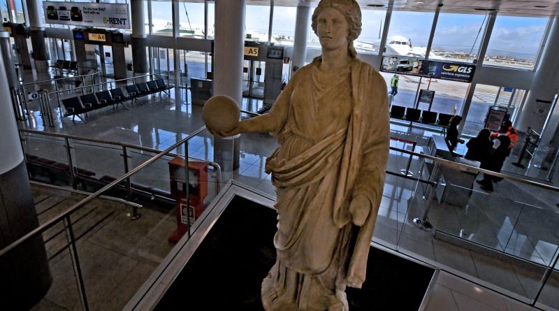 Urania musa dell'astronomia, la  statua romana proveniente del Museo archeologico nazionale di Napoli che da da oggi  accoglie i passeggeri dell'area gate dell'aeroporto internazionale di Capodichino, 1 marzo 2017. ANSA / CIRO FUSCO