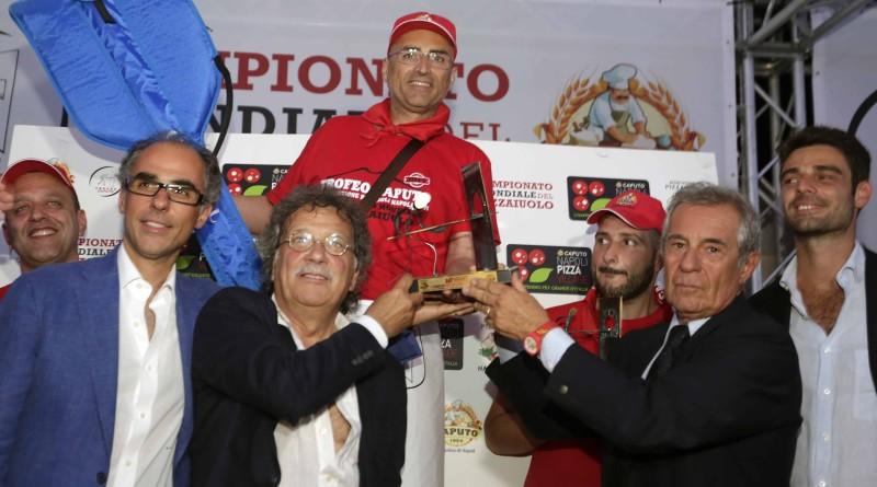 Michele Leo vincitore del Campionato mondiale del Pizzaiuolo - XVI Trofeo Caputo con la famiglia Caputo e Sergio Miccù - foto di Renna e De Maddi
