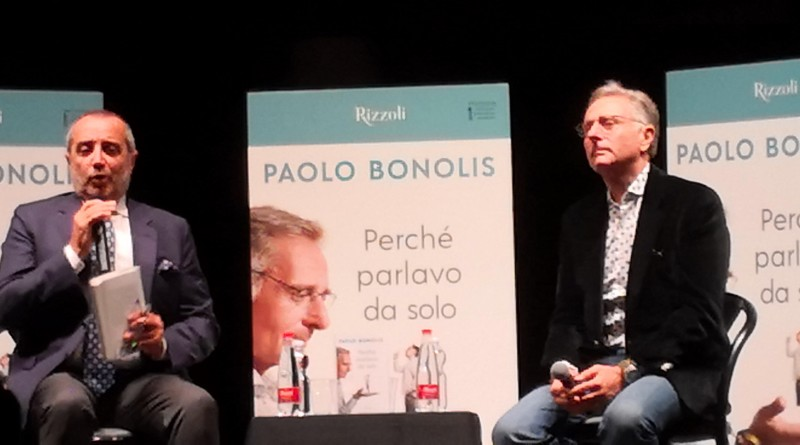"""Giovani e meno giovani, hanno riempito il Teatro Diana al Vomero  per la presentazione del libro di Paolo Bonolis : """" Perché parlavo da solo """" :  Una divertente chiacchierata tra Paolo ed il giornalista, Franco Di Mare."""